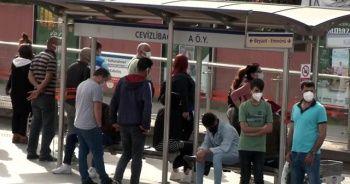 İstanbul'da toplu taşıma duraklarında yoğunluk