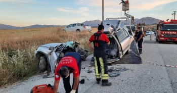 Otomobil beton elektrik direğine çarptı: 2 ölü