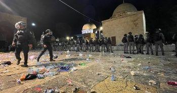 Son dakika: İsrail polisi Mescid-i Aksa'da cemaate saldırdı