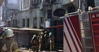 Süleymaniye Camii'nin yanındaki metruk bir binada yangın