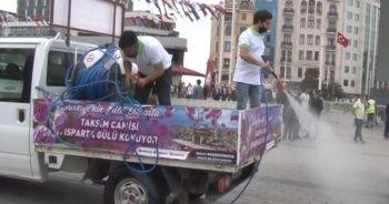 Taksim Camii çevresi gül suyuna bulandı