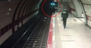 Taksim metrosunda raylara atladı