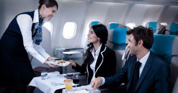 Uçak seferi gecikti, pilot yolculara pizza ısmarladı