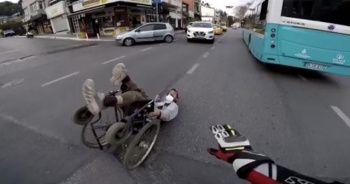 Yola devrilen engelli vatandaş dakikalarca yardım bekledi