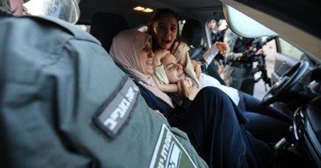 İsrail polisi, kadınları darbetti birinin başörtüsünü çıkardı