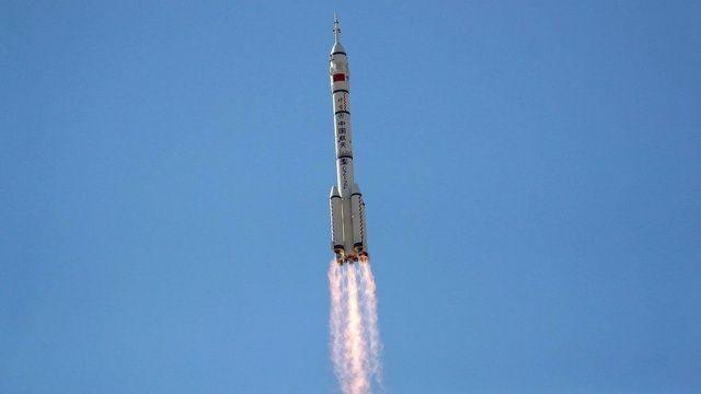 Çin ilk insanlı uzay aracı Shenzhou-12'yi fırlattı