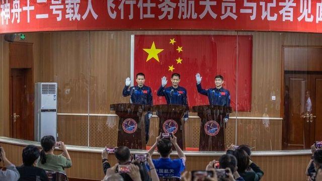Çin uzaya yollayacağı ilk astronotlarını seçti