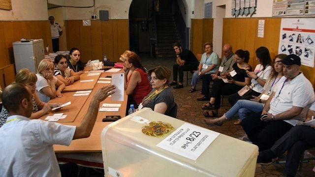 Ermenistan'daki seçimde Paşinyan önde götürüyor