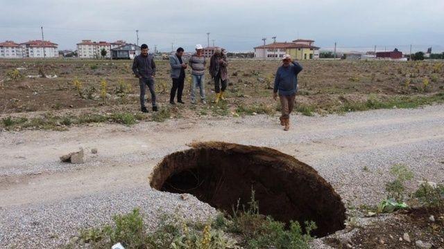 Göçük ve yarıklar depremin habercisi mi?