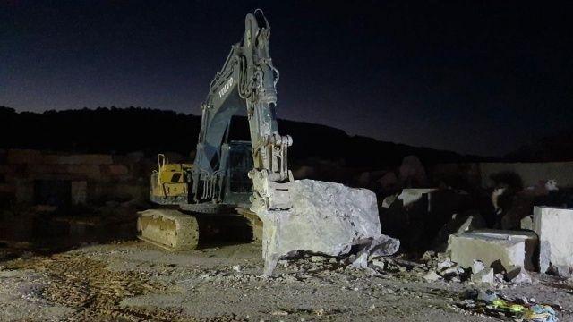 İş makinesi mermer bloğu önünde dinlenen işçiyi parçaladı