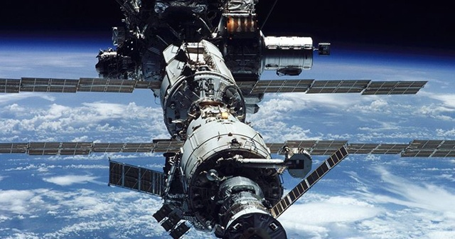 Uzay İstasyonu ISS'te büyük tehlike: Uzay enkazı delip geçti