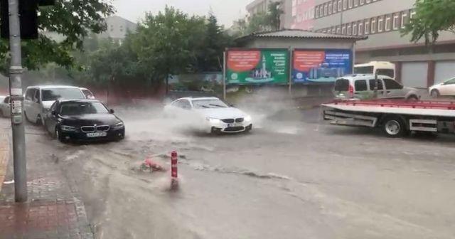 İstanbul'da sağanak kenti felç etti: Arabalar suda kaldı, yollar çöktü