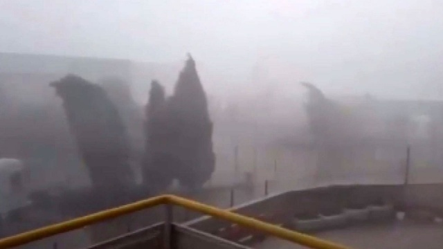 İzmir'de fırtına ve sağanak hayatı felç etti