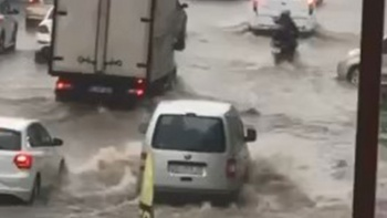 Bursa'da sağanak yolları göle çevirdi