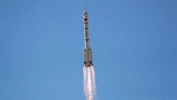 Çin ilk insanlı uzay aracını fırlattı