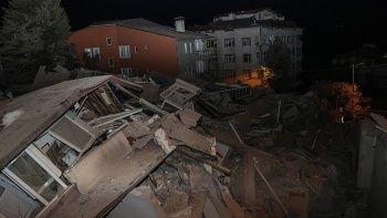 Çöken binayı görmeye gelen belediye başkanı Şükrü Genç'e tepki