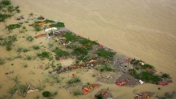 Hindistan'daki Ganj Nehri'nde cesetler yüzdü