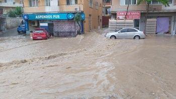 İzmir'i sel vurdu