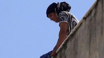 Kızı nişanlısıyla kaçan kadın çatıya çıktı
