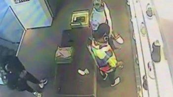 Lüks AVM'de hırsızlık: Mağazaya ayakkabı deneme bahanesiyle girdi kayıplara karıştı