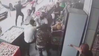 Manav sahibini soğanla dövdüler