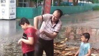 Oğullarını yağmur suyuyla yıkadı