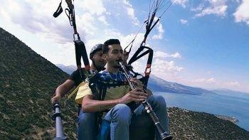 Su kaybına dikkat çekmek için gökyüzünde klarnet çaldı