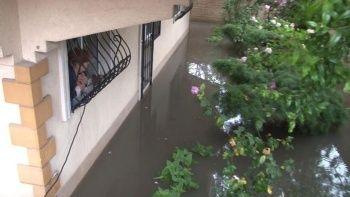 Üsküdar'da bir evin bahçesini su bastı
