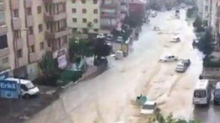 Ankara'yı sağanak vurdu araçlar sürüklendi...İşte ilk görüntüler