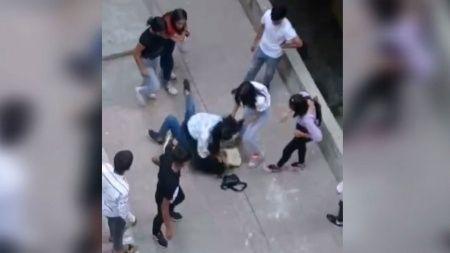 Kızların kavgasını uzaktan izlediler!