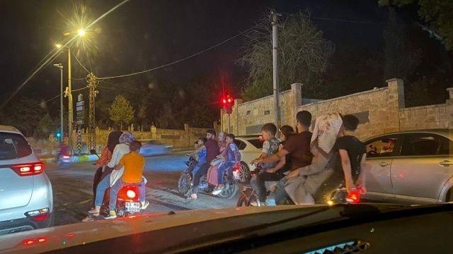 Akılalmaz görüntüler! 3 motosiklette 15 kişi yolculuk etti