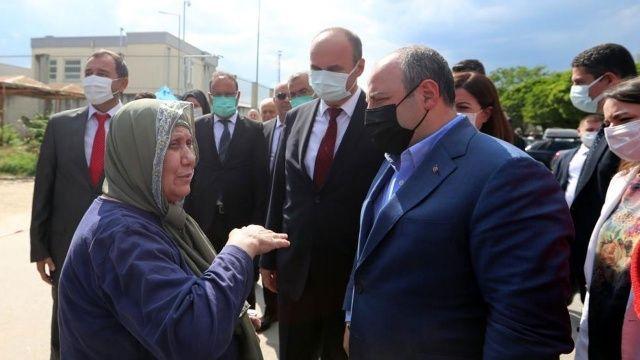 Bakan Varank'ı gören gurbetçi 'Erdoğan'ı çok seviyorum' diyerek gözyaşlarına boğuldu