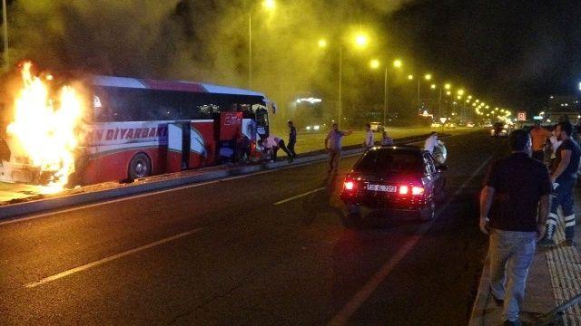 Diyarbakır'da seyir halindeki yolcu otobüsü yandı