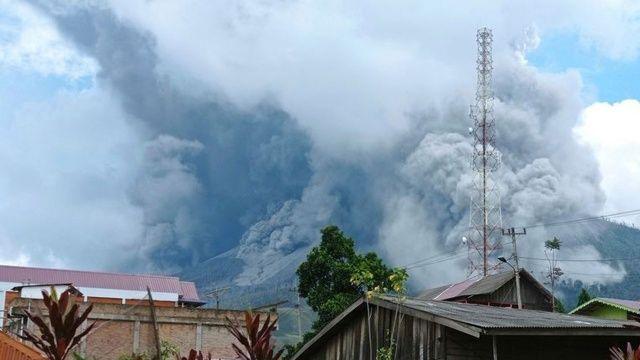 Endonezya'da yanardağ patladı 4,5 metre kül püskürdü