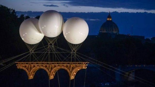 İtalya'da uçan köprü görenleri şaşırttı