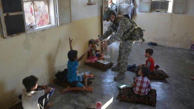 Mehmetçikten çocuklara şefkat eli