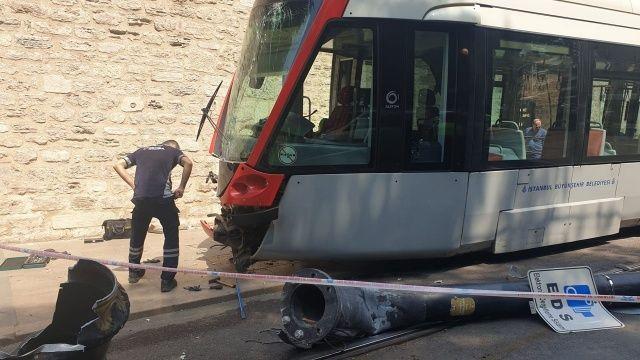 Tramvay raydan çıktı, elektrik direğine çarptı