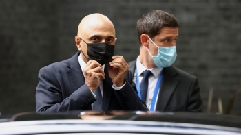 'Covid'den korkmayın' diyen İngiltere Sağlık Bakanı özür diledi