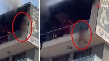 Alevlerin ortasında kaldı! Canını komşusunun balkonuna atlayarak kurtardı