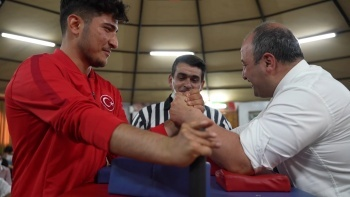 Bakan Varank milli sporcu ile bilek güreşi yaptı