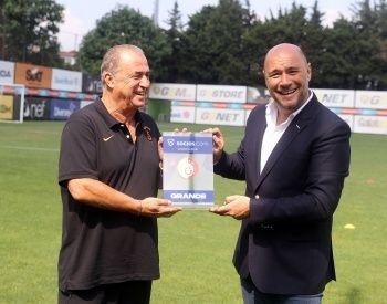 Galatasaray Teknik Direktörü Fatih Terim'e 47. yıl plaketi