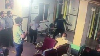 Hastanede yardım istediği polisin tabancasını kaptı