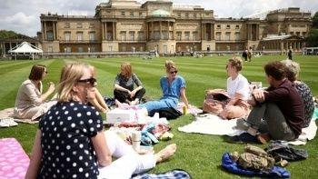 İngiltere'de bir ilk: Buckingham Sarayı'nın bahçesi halka açıldı
