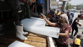 Irak'ta sıcaklık 50 dereceyi gördü: Halk pazardan buz alıyor