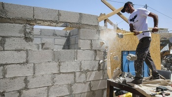 İsrail barbarlığı sınır tanımadı: Filistinli aileye evini kendi elleriyle yıktırdılar