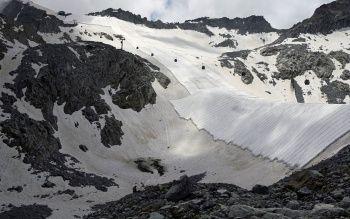 İtalya'da buzul erimesin diye dev battaniyeli önlem