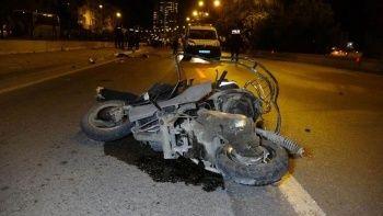 Kontrolden çıkan otomobil trafik polisi ve motosiklete çarptı