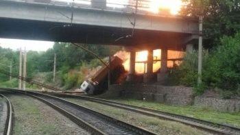 Köprüden düşen kamyon doğalgaz boru hattını patlattı