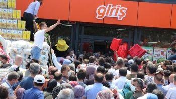 Marketin indirim kampanyası, 1 kilometrelik kuyruk oluşturdu