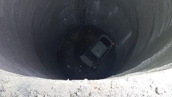 Otomobil metro inşaatındaki 25 metrelik boşluğa düştü: 1 ölü